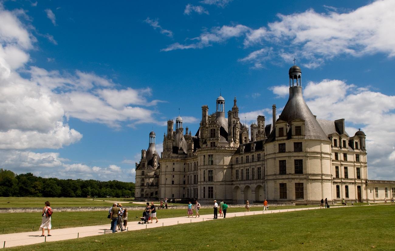 Numeroşi turişti vizitează zilnic Castelul Chambord
