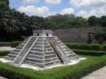 O piramidă aztecă și o statuie din Insula Paștelui dar mai e ceva...în fundal