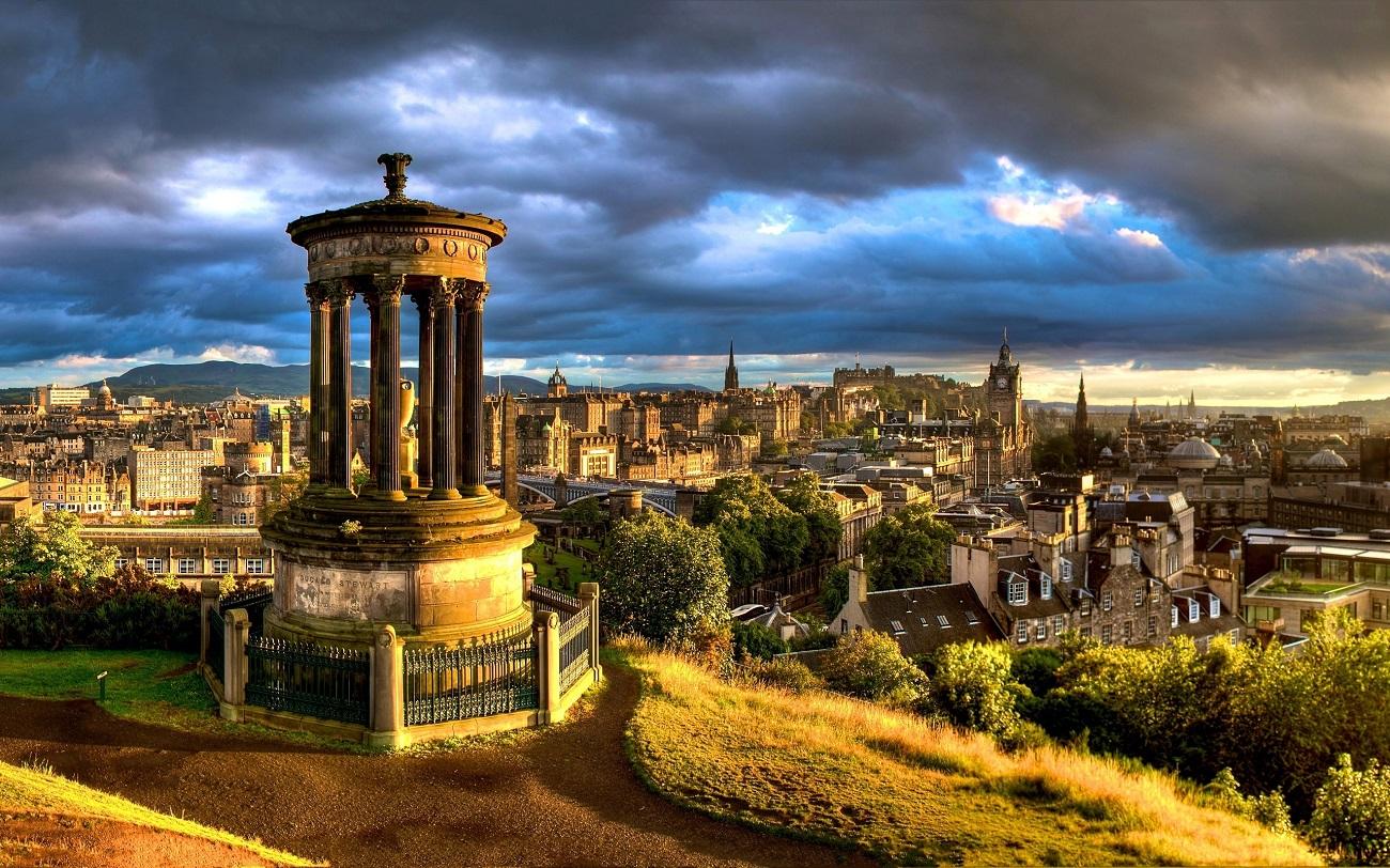 Panorama Edinburghului într-o după-amiază însorită