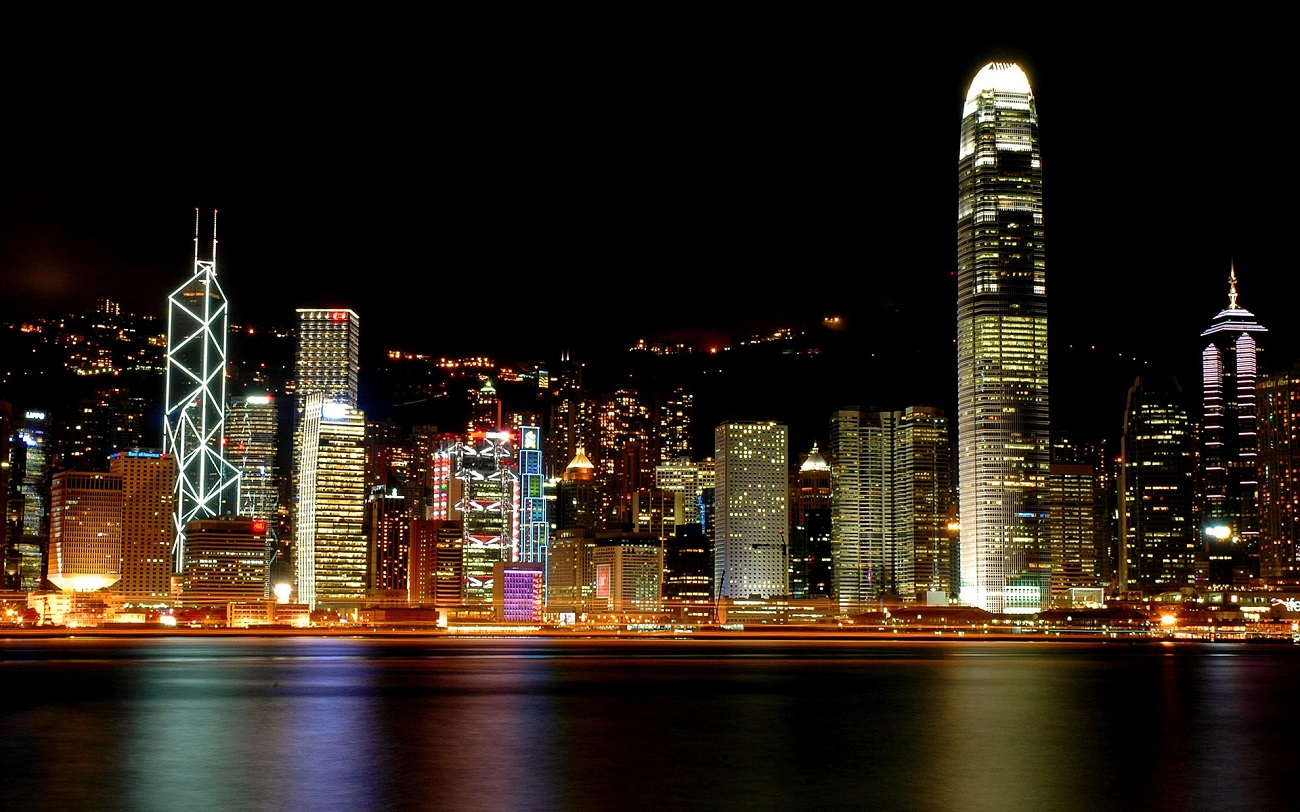 Panorama oraşului Hong Kong dezvăluie o arhitectură modernă