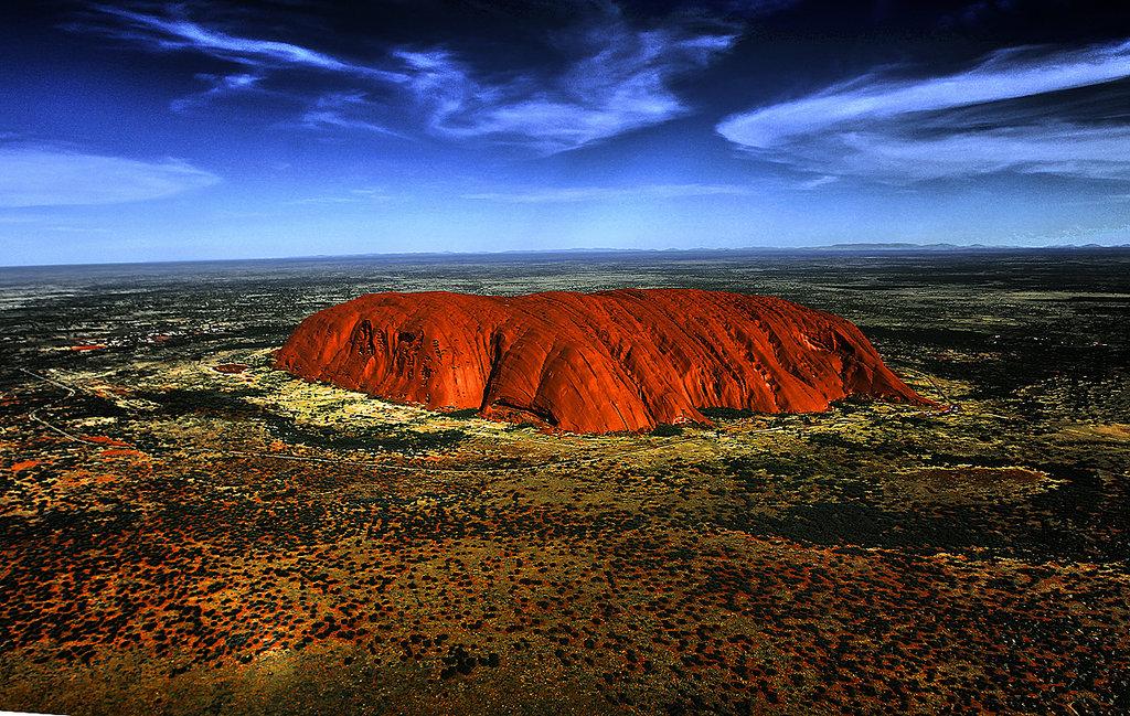 Panorama rocii Uluru şi a împrejurimilor