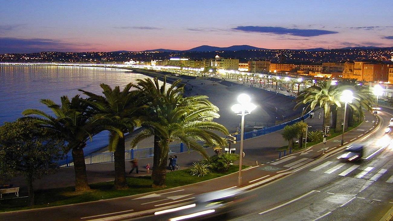Pe timp de seară, luminile evidenţiază frumuseţea oraşului