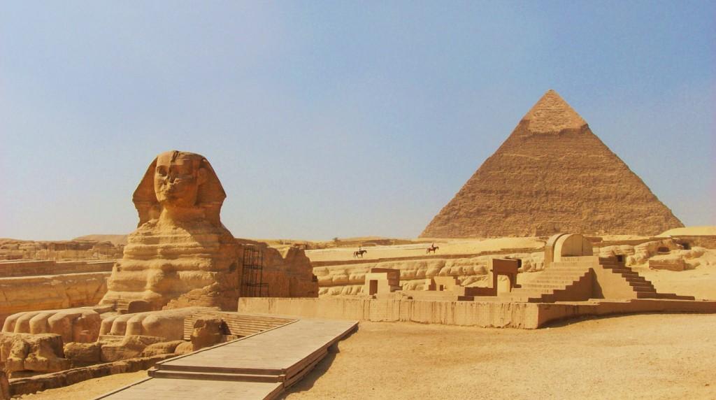 La Giza intre piramide si marele Sfinx