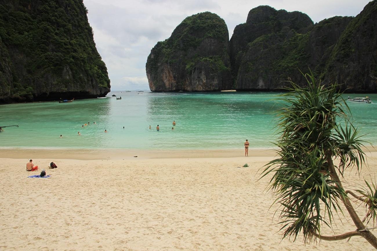 Plajele din Ko Phi Phi atrag prin nisipul fin şi apele de smarald