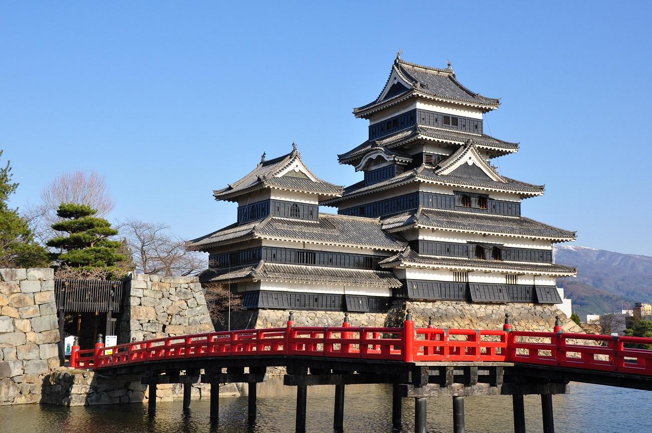 Podul şi zidul din piatră evidenţiază şi mai mult arhitectura Castelului Matsumoto