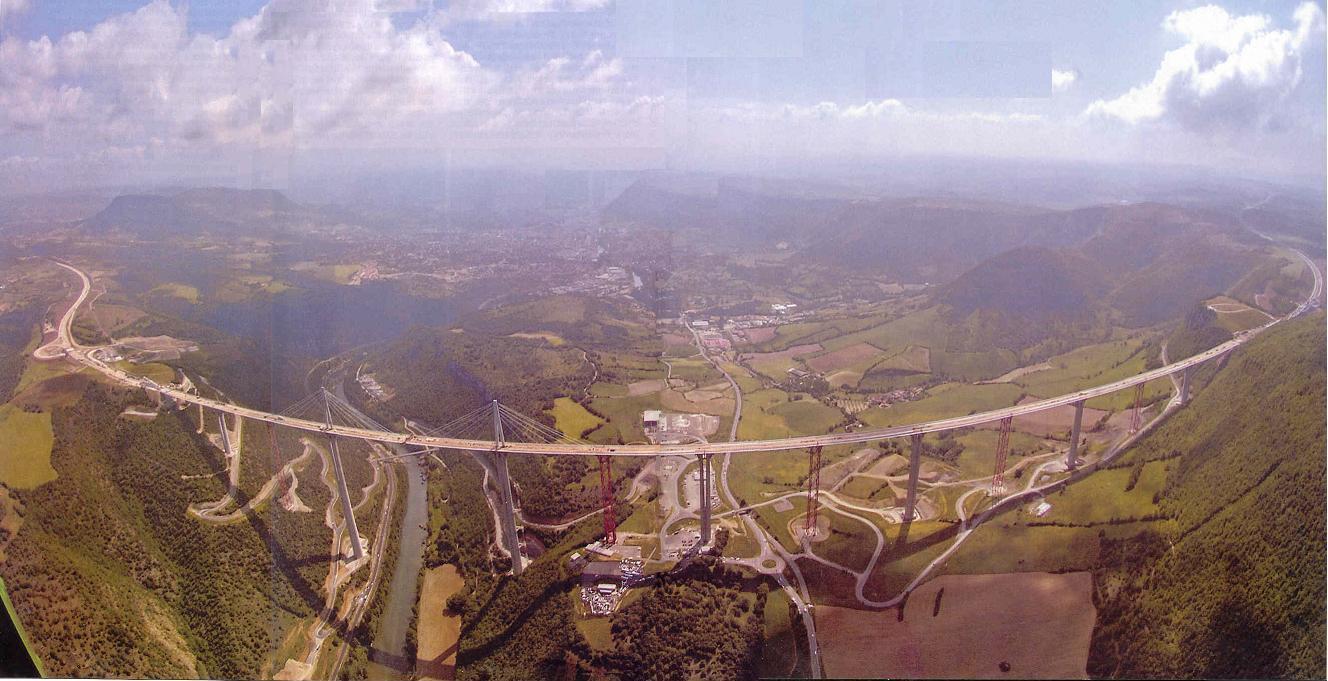 Podul Millau, vedere de ansamblu a construcţiei de 270 metri