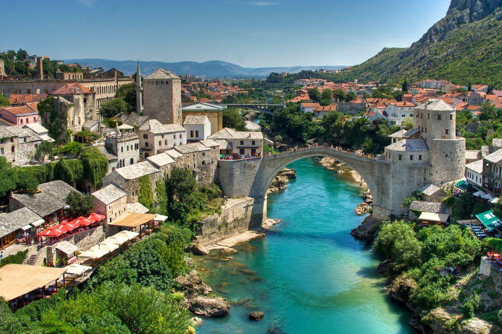 Podul Stari Most şi regiunea înconjurătoare oferă o privelişte încântătoare