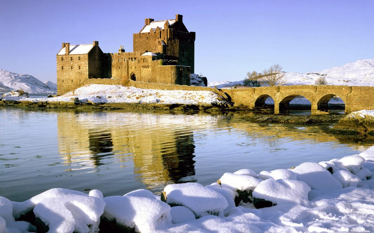 Podul construit în secolul al XX-lea facilitează accesul la castel chiar şi pe timp de iarnă