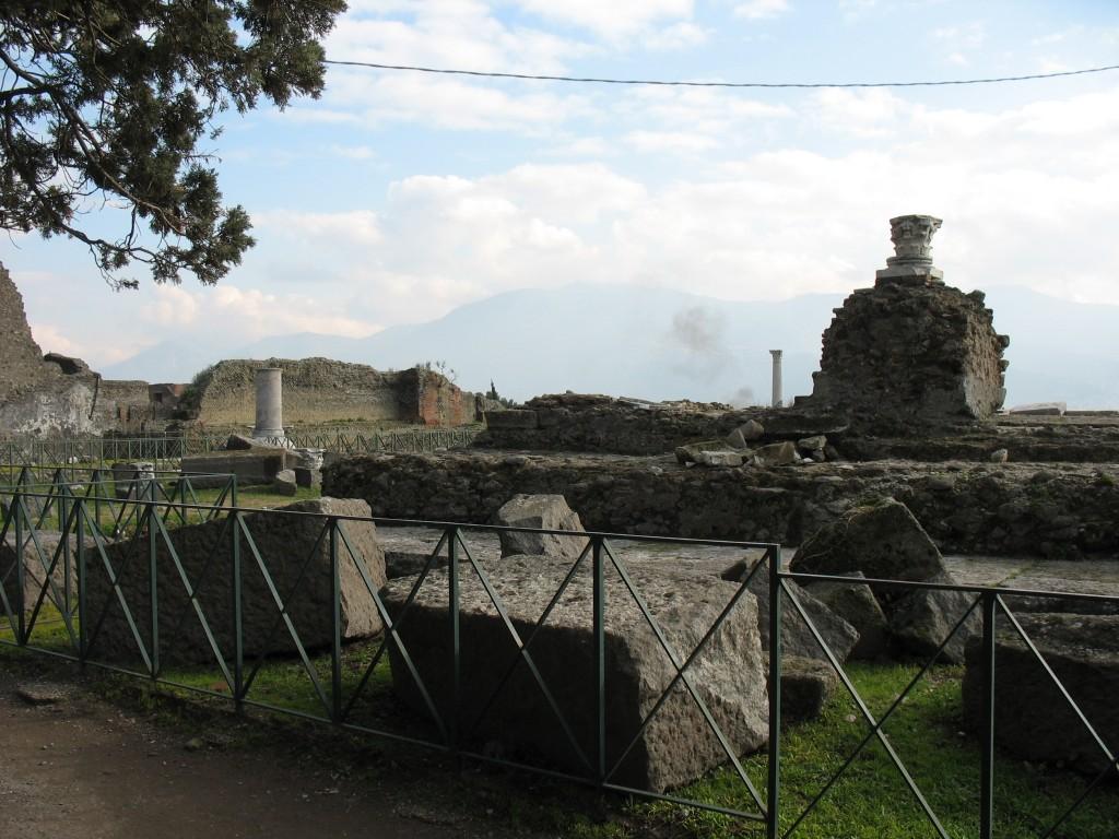Pompeii, templul lui Venus, gardurile sunt puse pentru a împiedica accesul turiștilor printre ruine
