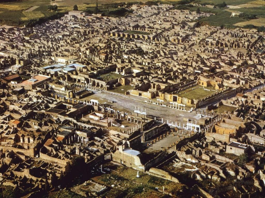 Pompeii văzut de deasupra, orașul este enorm și pare aproape întreg