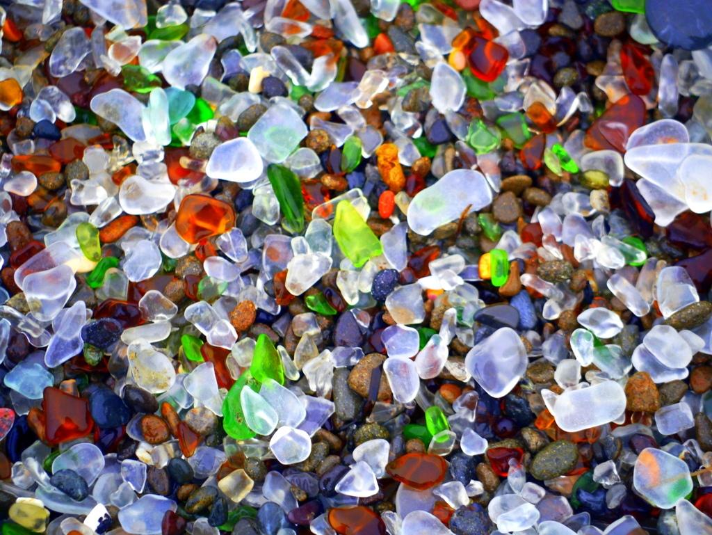 Prim plan al formaţiunilor de pe Plaja de sticlă