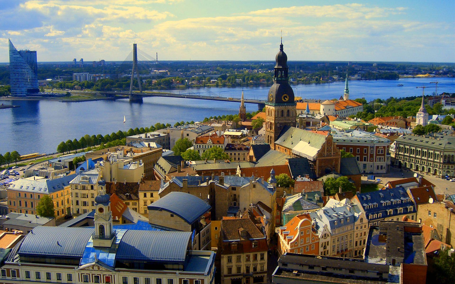 Riga, privire de ansamblu cu orașul vechi și cel nou