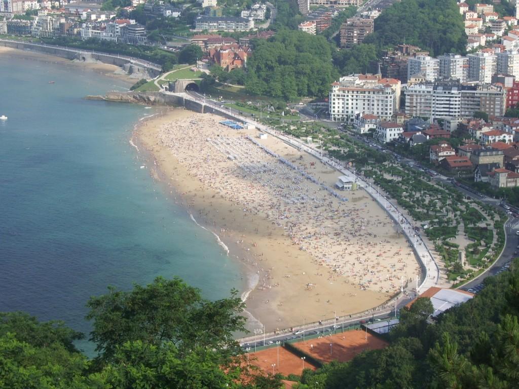 San Sebastian, una din plajele pline de turisti.jpg
