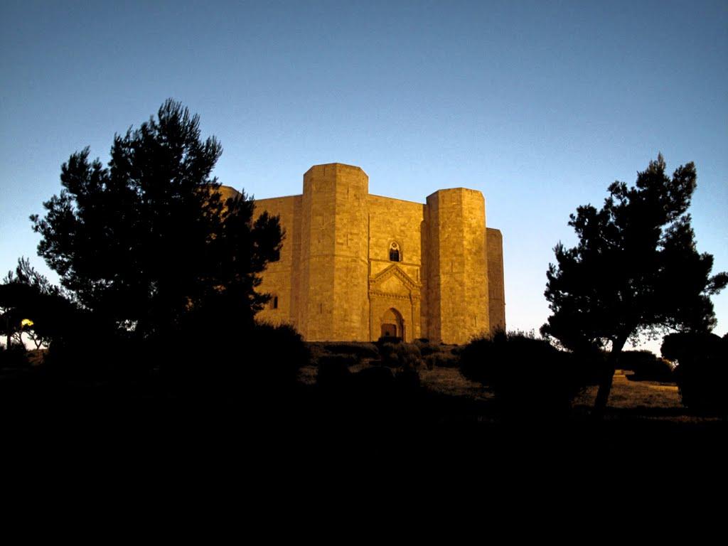 Seara, Castel del Monte este frumos iluminat, fapt care evidenţiază şi mai mult frumuseţea sa