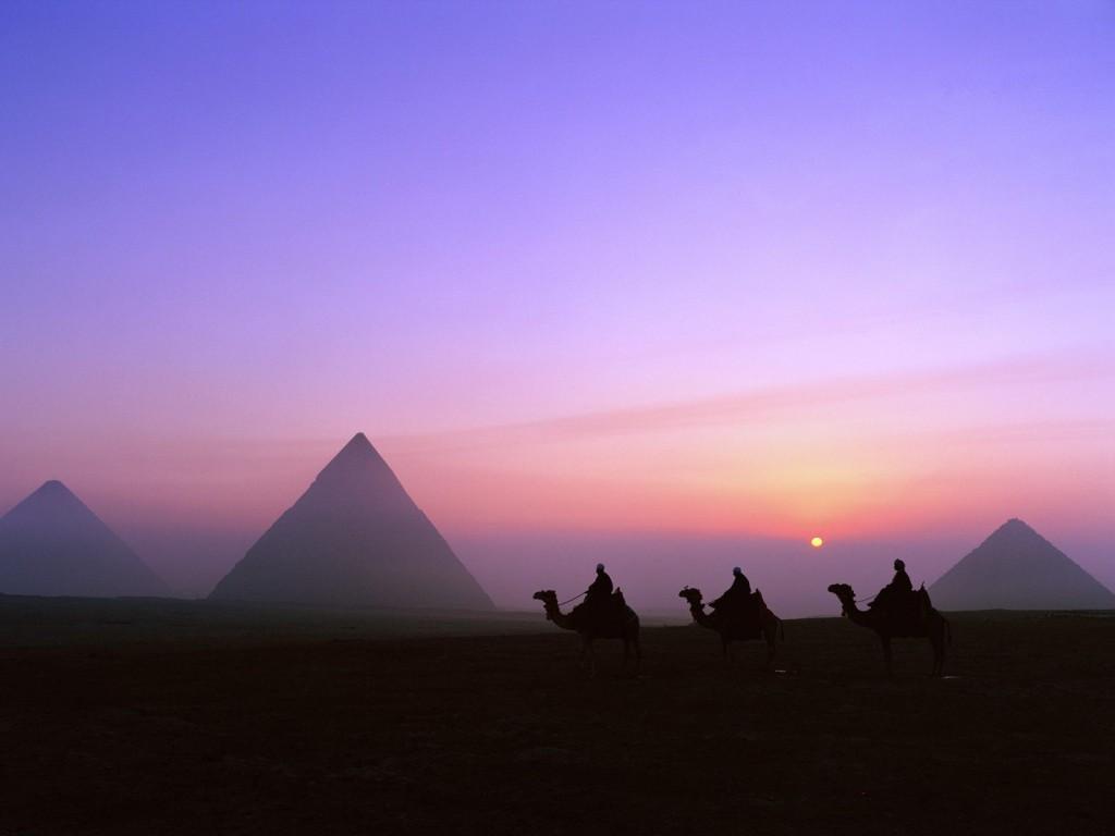 Secole la rand Piramidele din Egipt au stat singure in desert