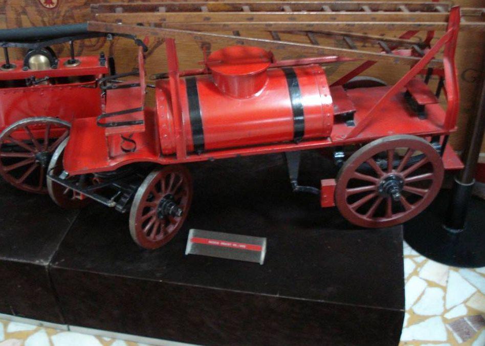 Sistem cu scara si cisterna pentru stins incendiile