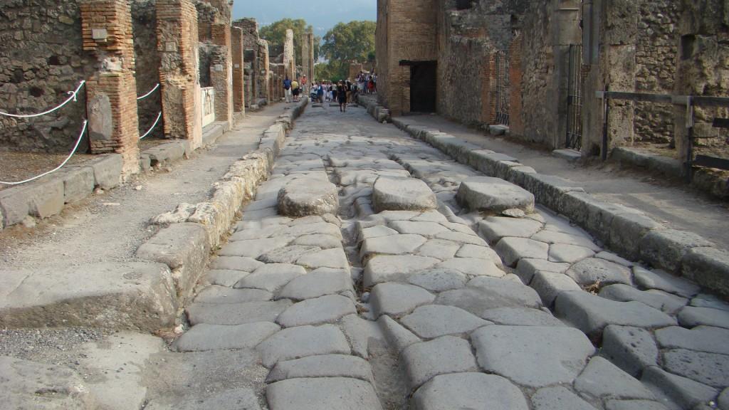 Sistemul stradal din Pompeii, bordurile rezistă și după 2000 de ani...