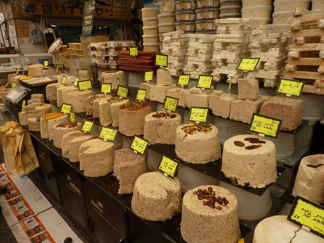 Specialităţi tradiţionale expuse de către comercianţi în Piaţa Mahane Yehuda, Ierusalim2