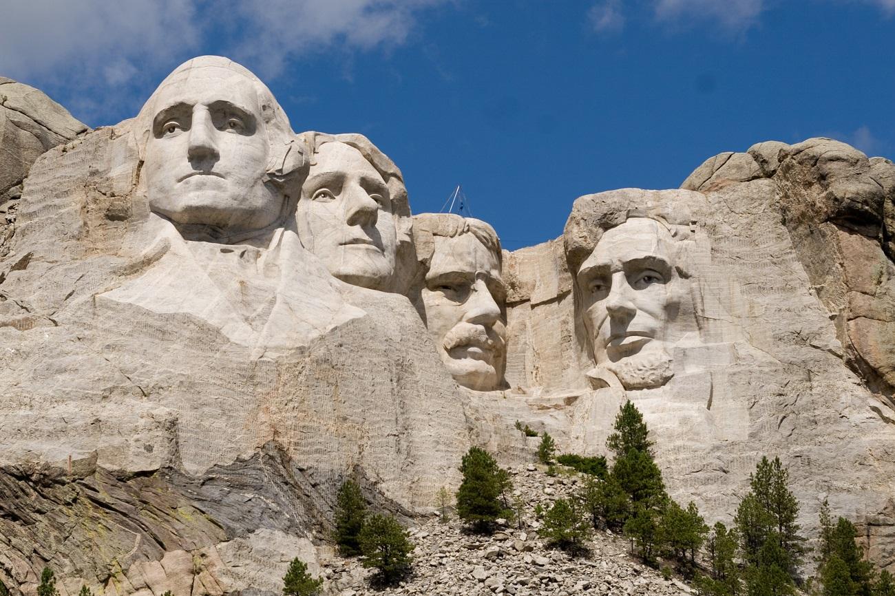 Statuile celor patru şefi ai SUA, de la stânga la dreapta G.Washington, T.Jefferson, T. Roosvelt, A. Lincoln