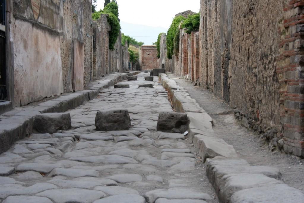 Stradă din Pompeii, pietrele erau echivalentul trecerilor de pietoni pentru că străzile jucau în același timp și rol de scurgere pentru canalizări