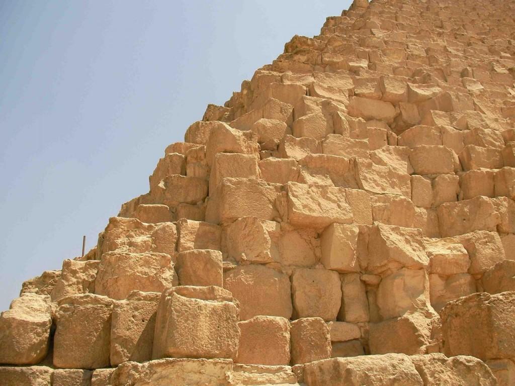 Sute de mii de blocuri de piatra formeaza o singura piramida