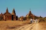 Temple religioase din Bagan şi turişti care străbat zona pe biciclete pentru a vedea cât mai multe lăcaşe religioase