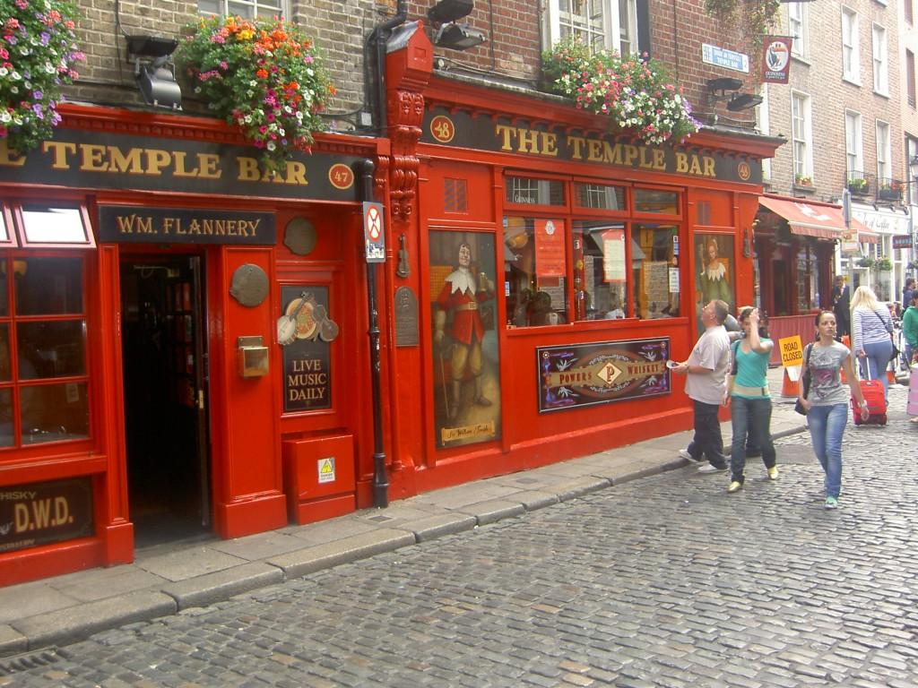 The Temple Bar, una din multe opriri ale celor ce vor să trăiască viața în spirit irlandez