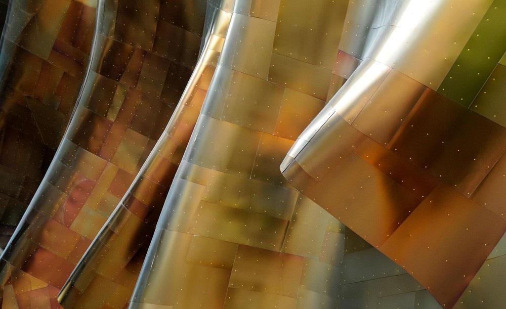 Titanul, materialul care oferă o strălucire aparte Muzeului Guggenheim din Bilbao, Spania