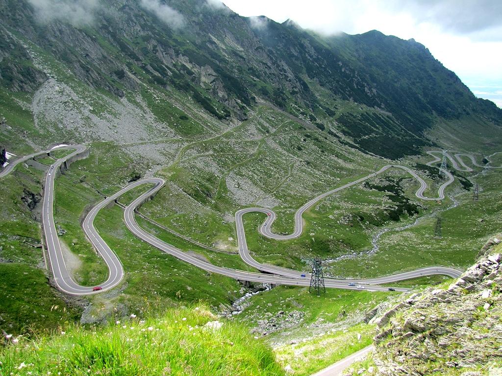Transfăgărășanul, un drum sinuos printre munți