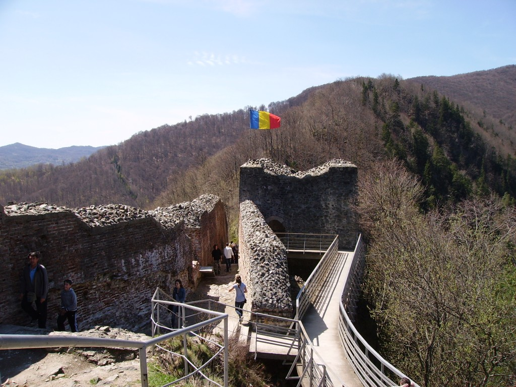 Tricolorul flutura mandru deasupra Castelului Poenari