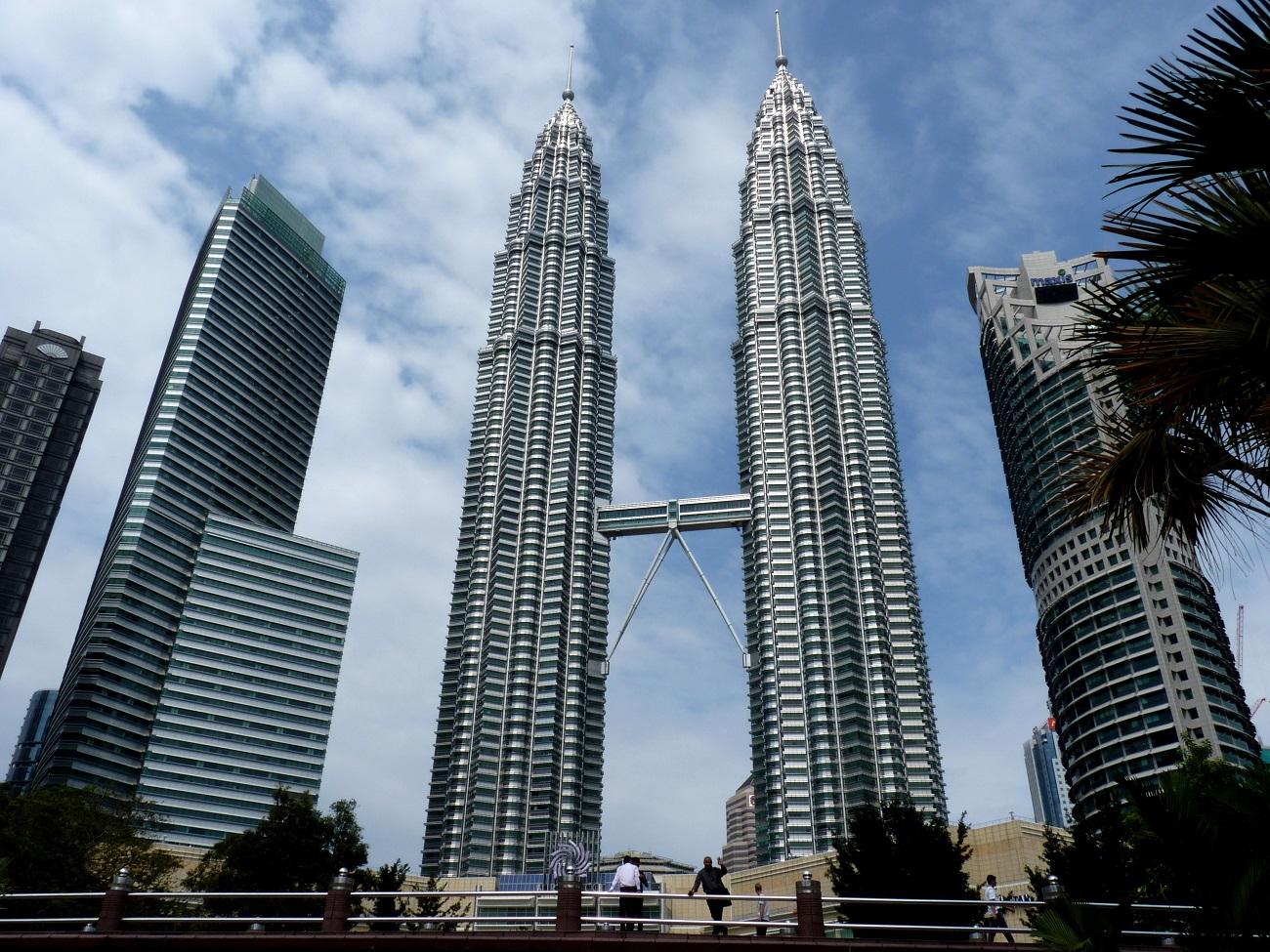 Turnurile Petronas, imaginea surprinde detaliile arhitecturale ale clădirilor
