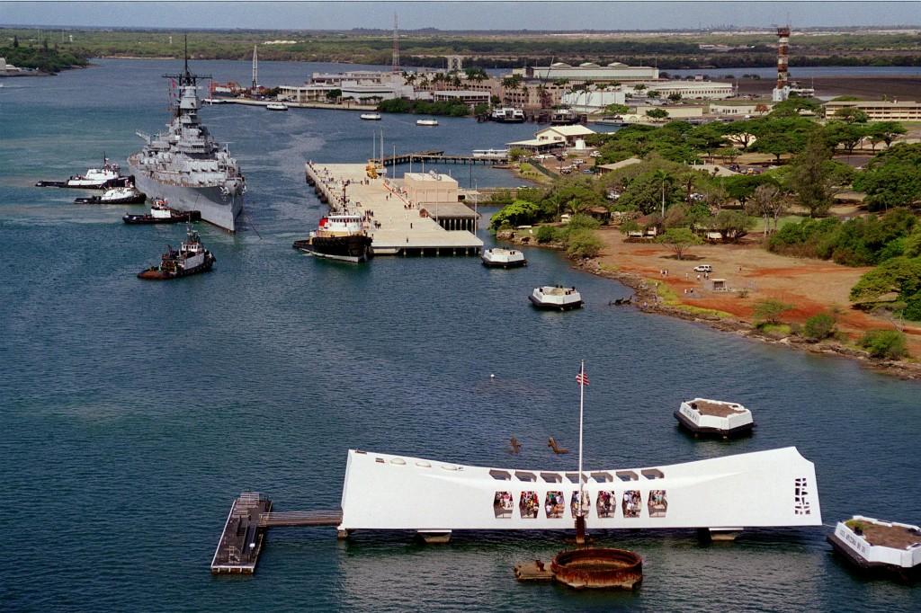 USS Missouri în timpul manevrelor finale de așezare în locul în care este și azi