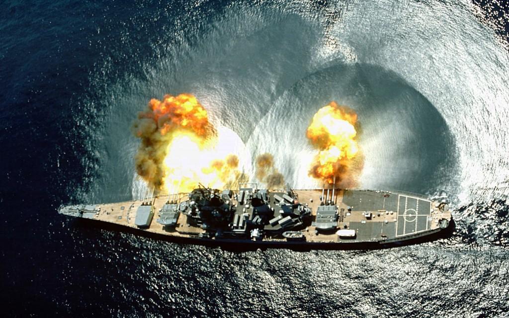 USS Missouri, foc de voie cu toate bateriile, observați valul de aer ce mătură apa