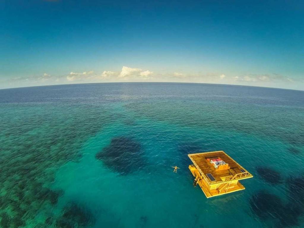 Un punct galben pe intinsul ocean
