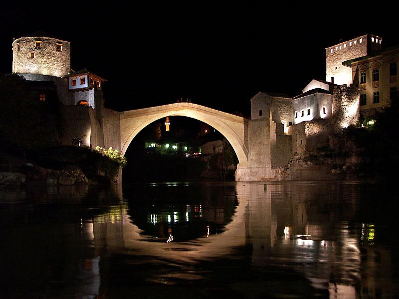 Un sistem de lumini evidenţiază frumuseţea Podului Stari Most pe timp de noapte