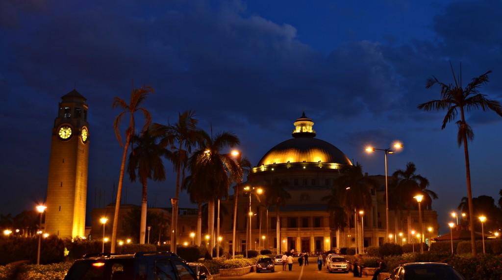 Universitatea din Cairo dupa apusul soarelui