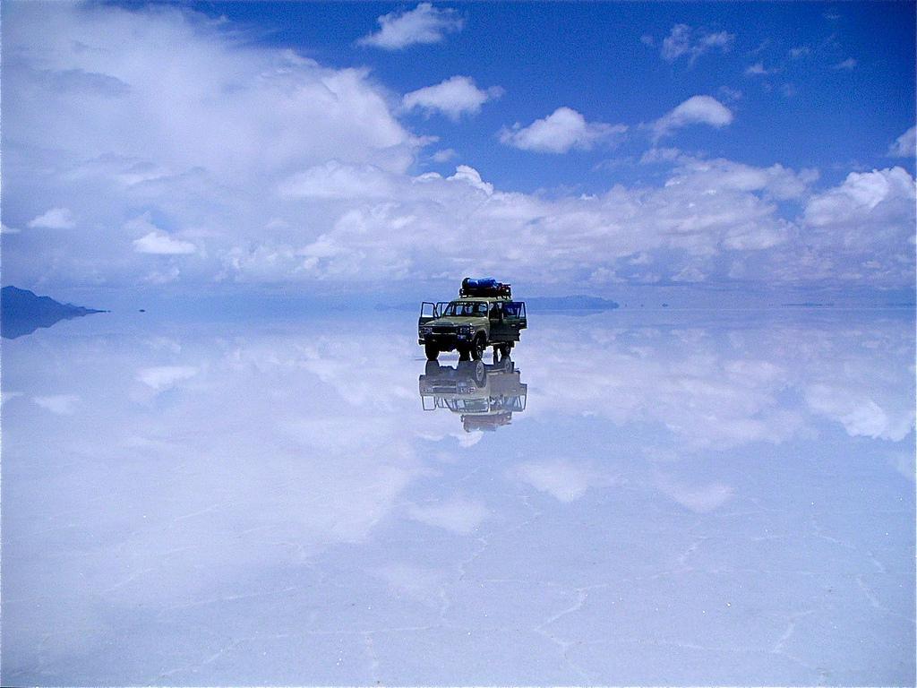 Uyuni, Bolivia câmpia de sare este utilizată şi ca traseu auto