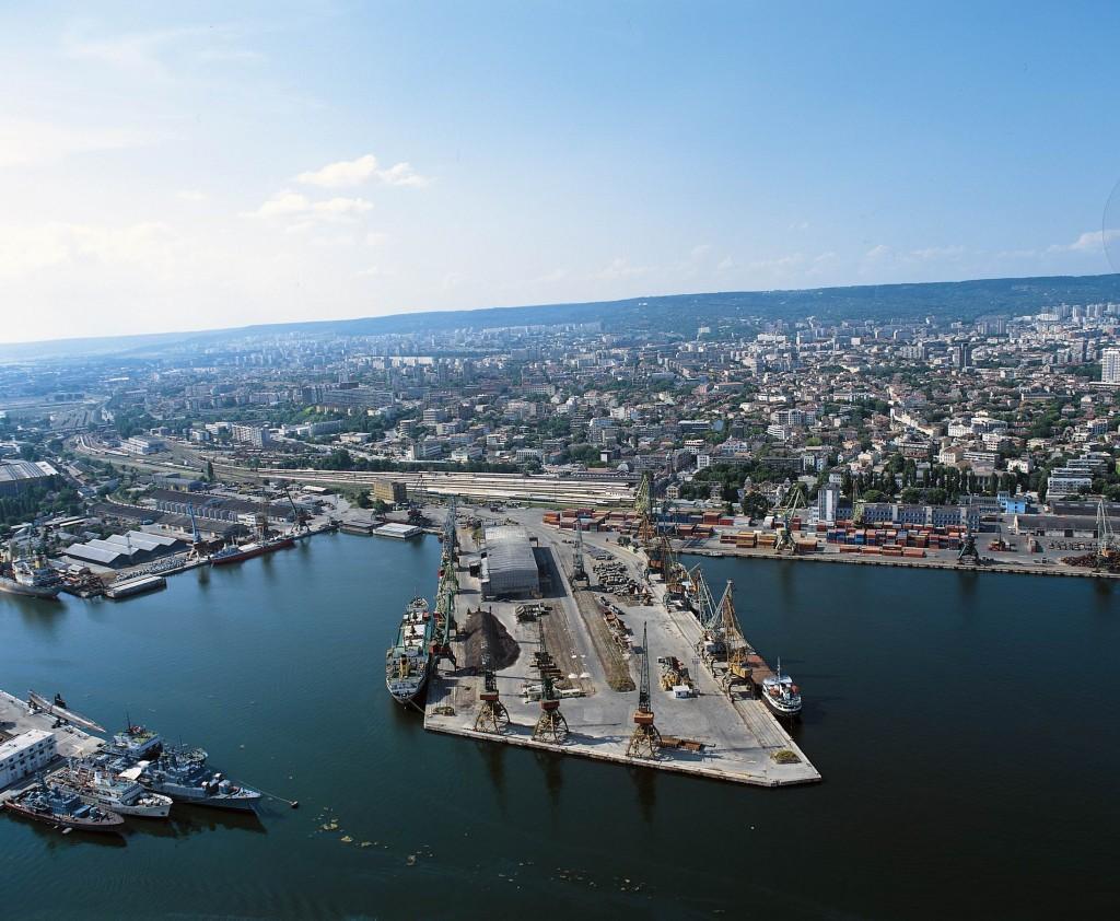 Varna, privire de ansamblu cu portul comercial în prim plan
