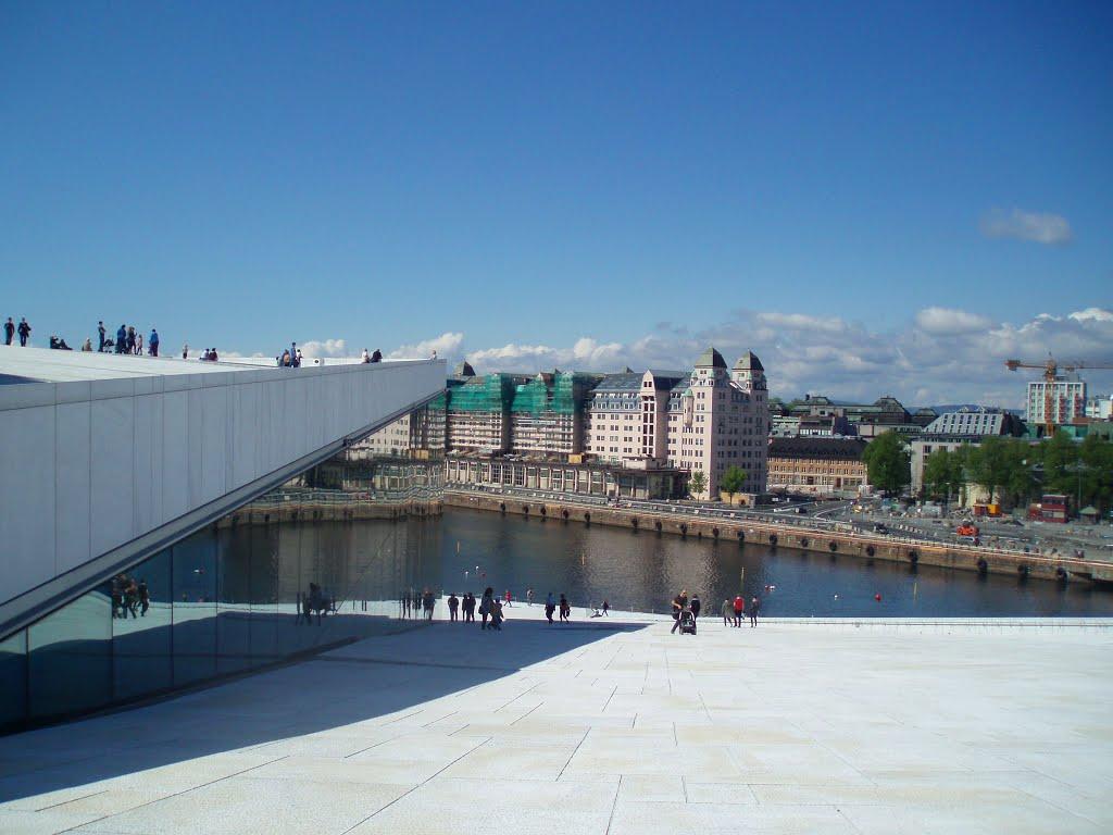 Plimbare pe acoperişul clădirii