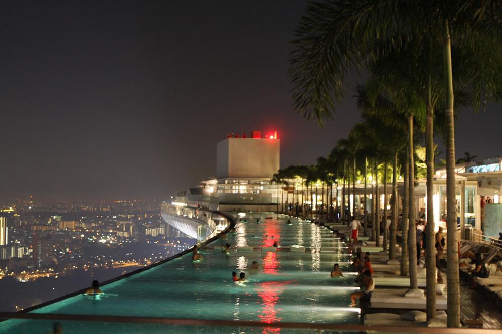Acoperișul luxosului edificiu a fost transformat într-o piscină deosebită