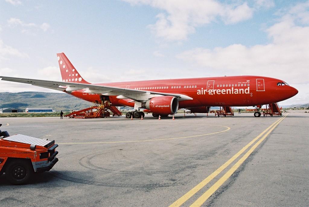 Air Greenland, unde mai poți vedea avioane complet roșii dacă nu în Groenlanda