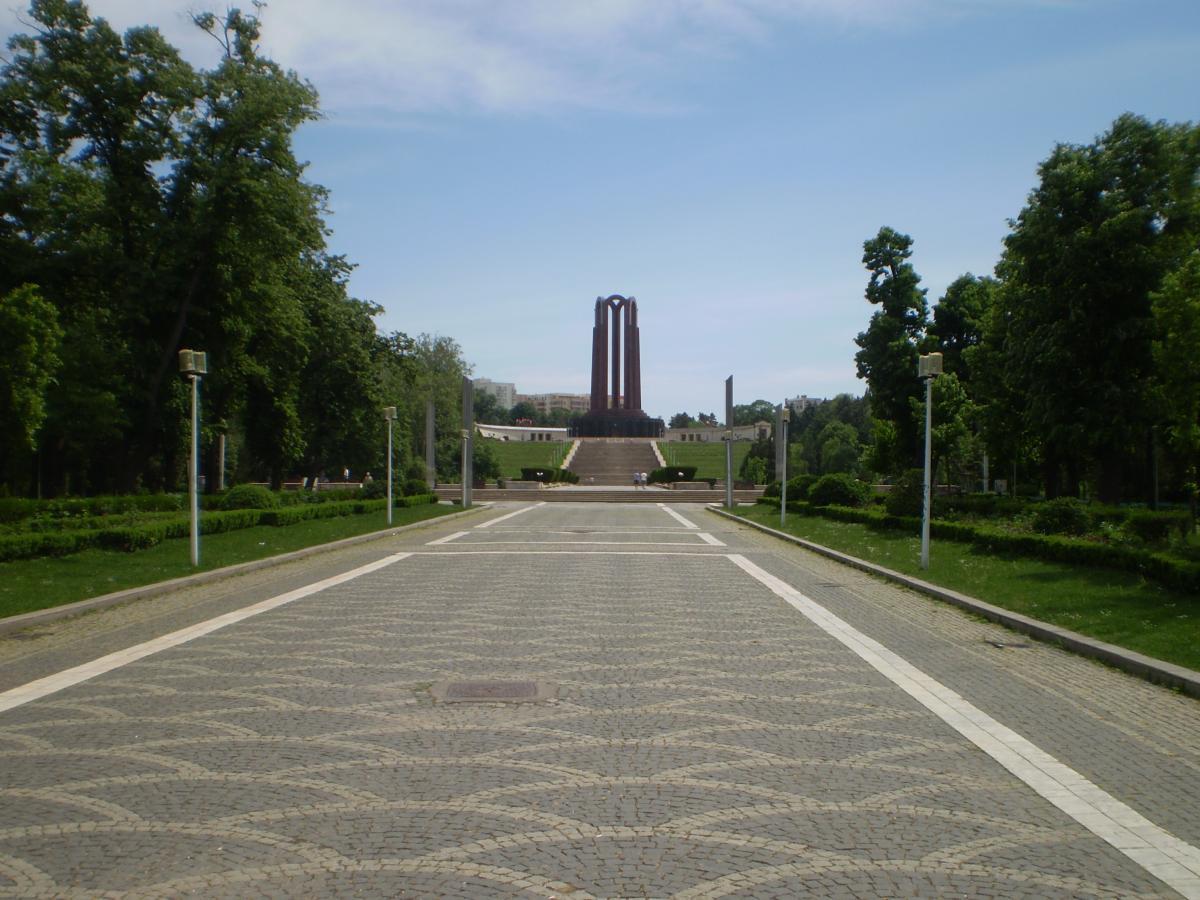 Aleea ce duce la scările monumentale și la Mausoleul din Parcul Carol