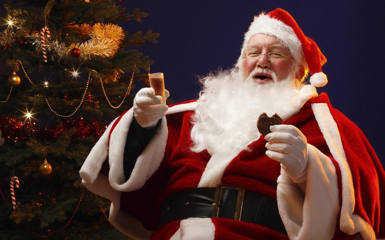 Bătrânelul vesel savurează darurile primite de la copii
