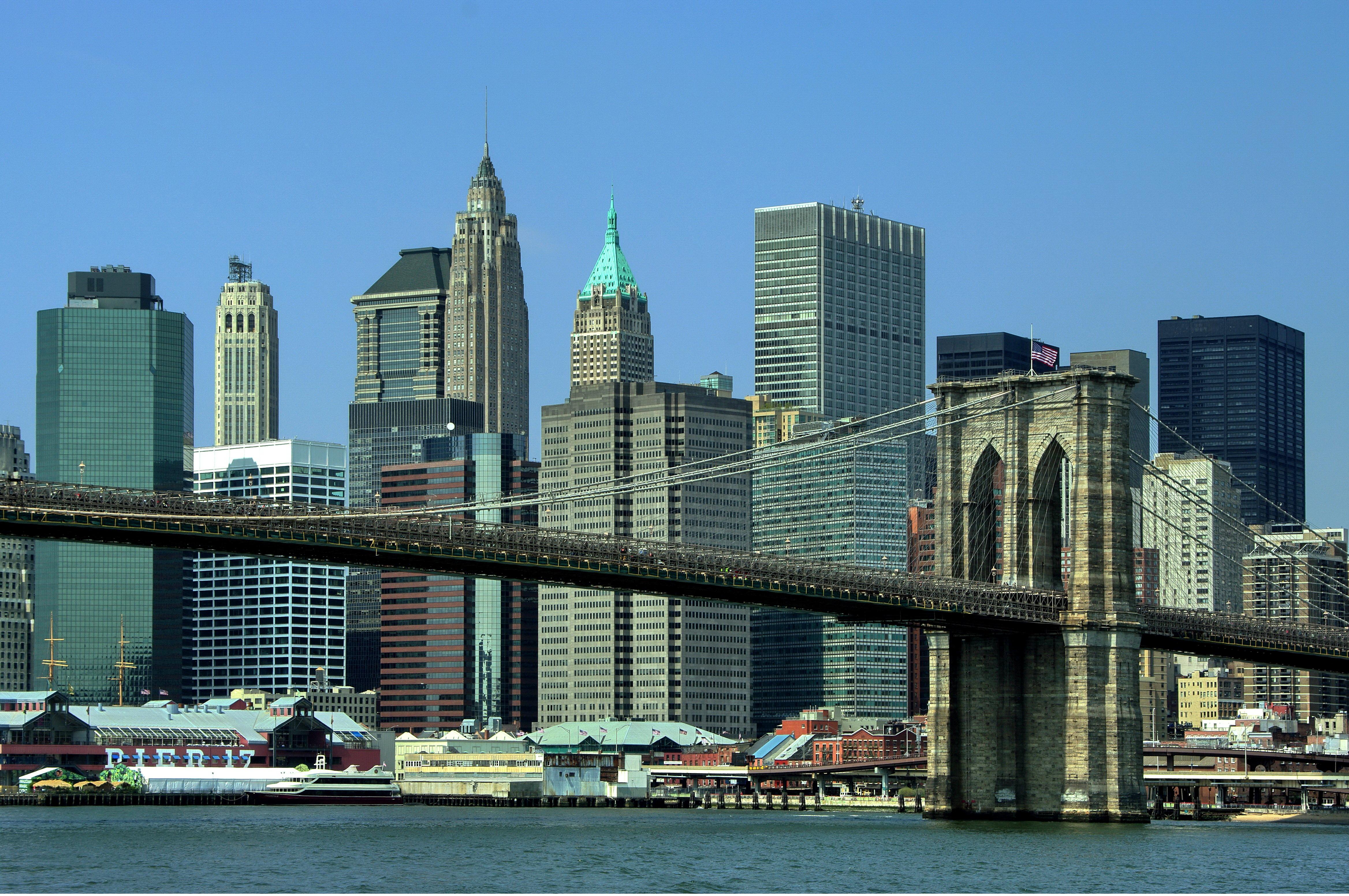 Brooklin Bridge este vopsit în auriu și argintiu deși inițial ar fi fost roșu