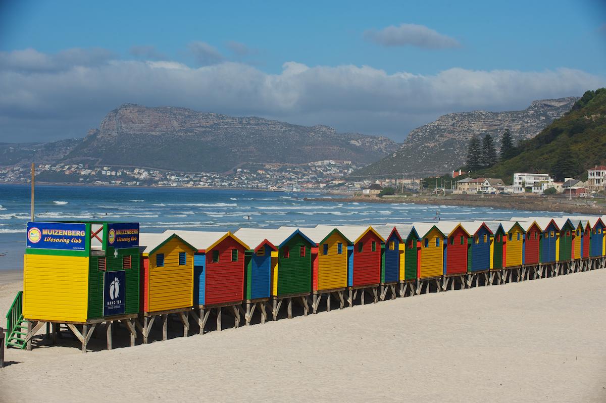 Căsuțele colorate de pe plaja din Stațiunea Muizenberg sunt un punct de reper pentru turiști