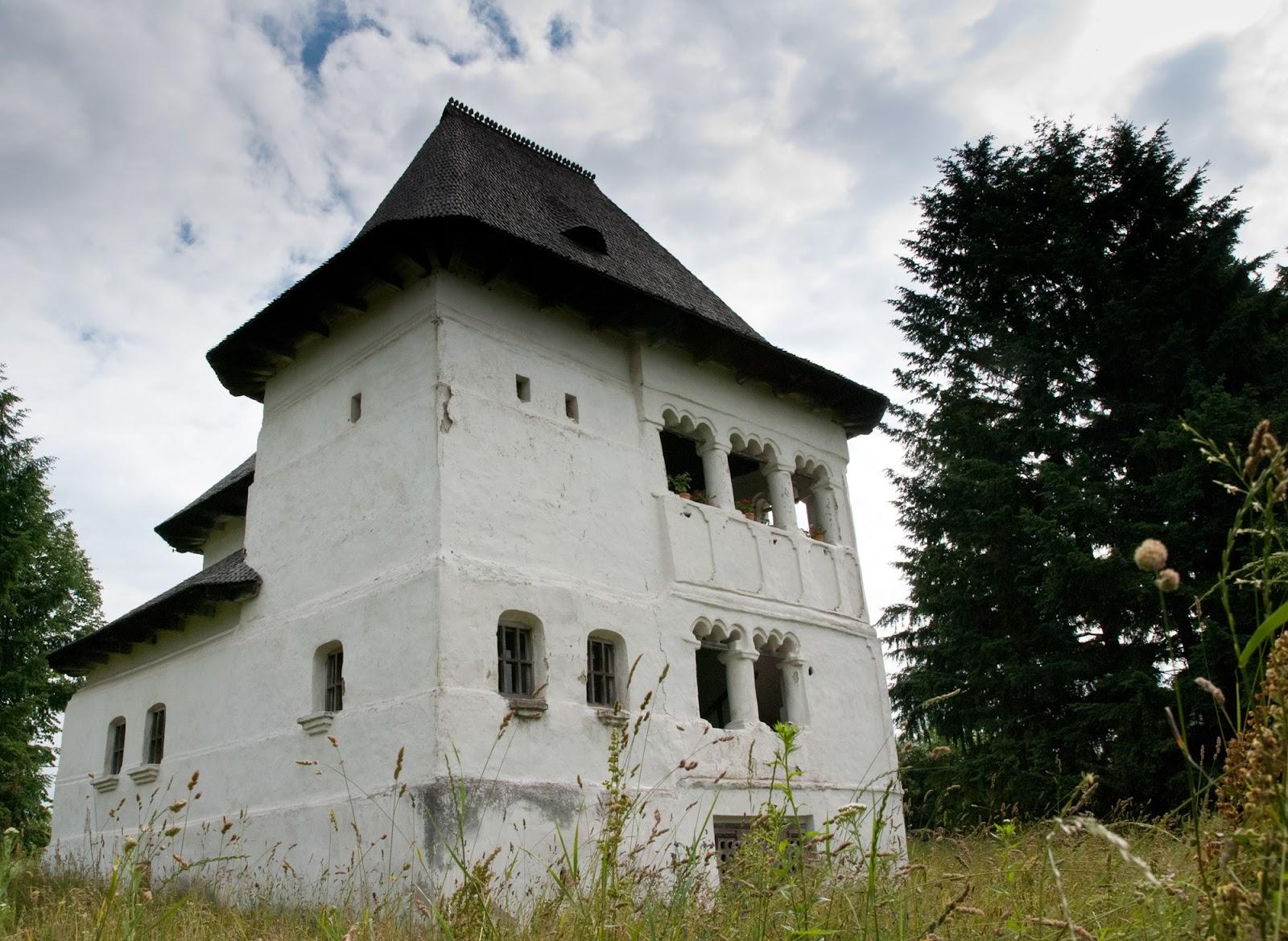 Casele au fost construite într-un stil neo-românesc