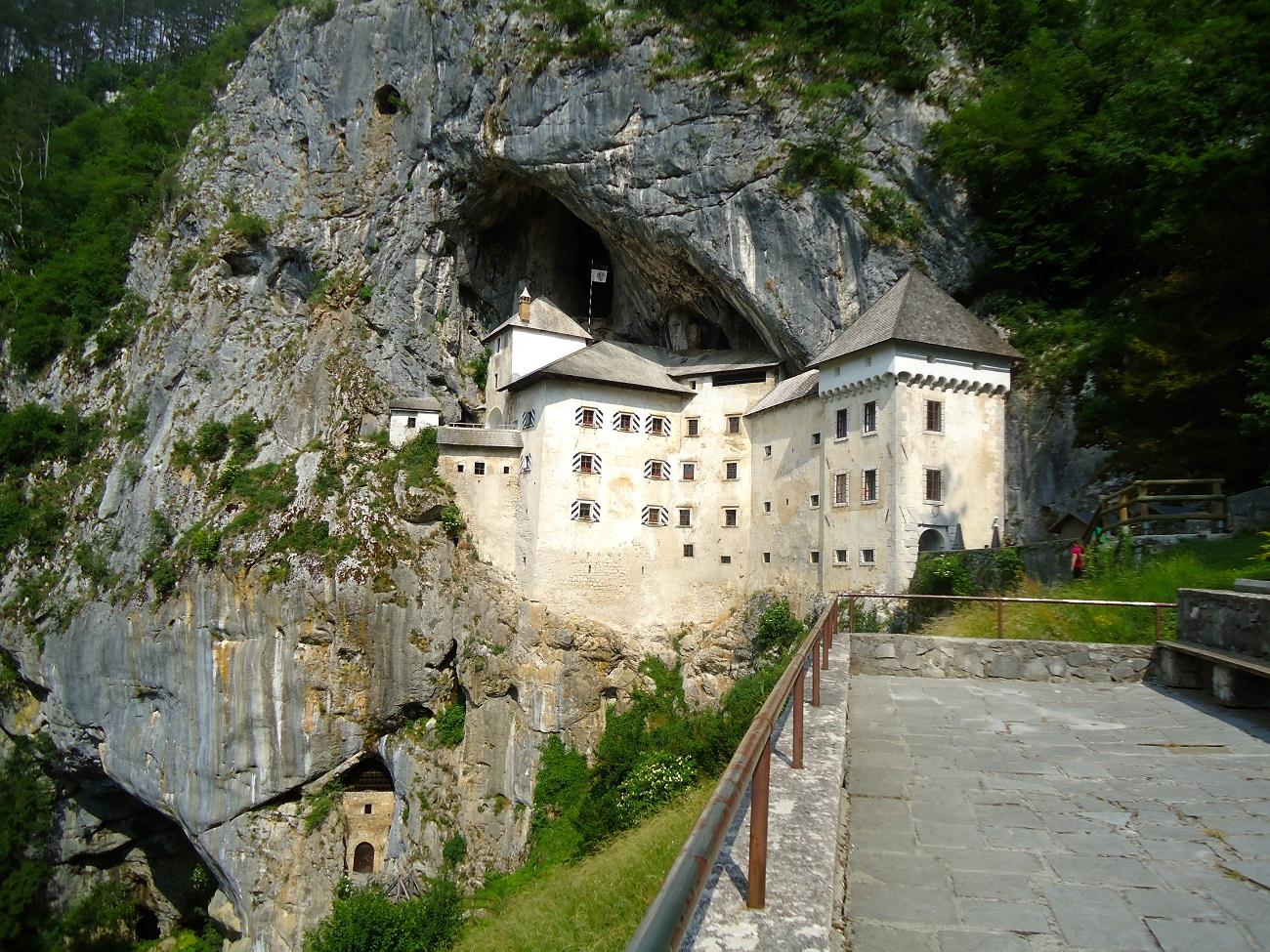 Castelul Predjama este protejat în permanență de stânca abruptă.