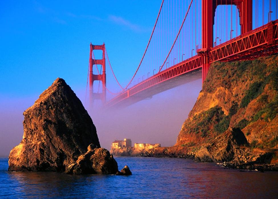 Ceața se ridică peste podul suspendat