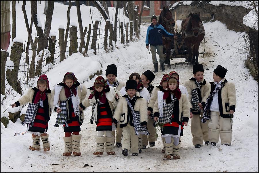 Colindătorii străbat toate ulițele satului