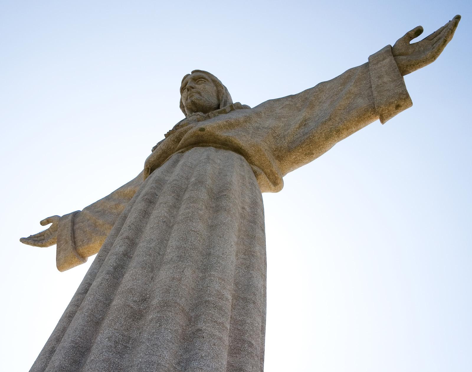 Cristo Rei, statuia din vârful unui postament uriaș